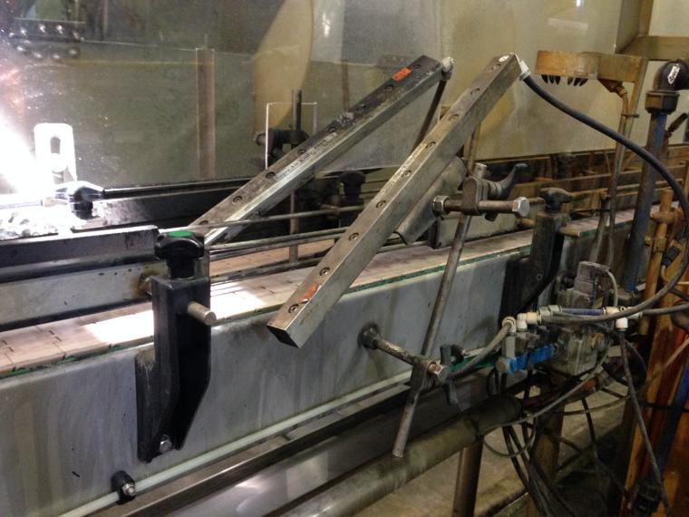 Cuchillas de Aire Longitudinales instaladas en la línea de embotellado